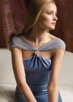Vestido de madrina en azul con gasa sobre los hombros en color plateado.