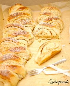 Mandel-Zupfschnecken (2 große Stücke) 270 ml Milch 80 g Zucker 500 g Weizenmehl 1 Pck. Trockenhefe oder 1/2 Würfel (21 g) frische Hefe 1 TL Honig 80 g Butter (Zimmertemperatur) 1 Prise Salz Für die einfache Mandel-Füllung 120 g Butter 80 g gemahlene Mandeln 80 g Zucker Das Mehl und die Butter abwiegen und beides zur Seite stellen. Die Milch lauwarm erwärmen. Vom Herd nehmen, den Zucker darin mit einem Schneebesen einrühren und auflösen, dann in eine Rührschüssel umleeren. Die Trockenhefe...