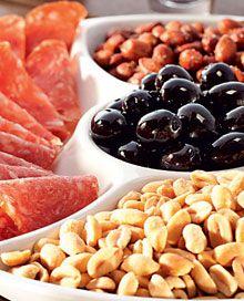 Compare o salame, o amendoim e a azeitona preta