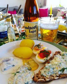 """Glad påsk till er alla! 🐣🐤 Här kör vi ett """"all in"""" påskbord med sill, potatis, ägghalvor, gubbröra, öl, nubbe mm #easter #swedisheaster #påsk #påskbord #påskmat #easterfood #sill #nubbe"""