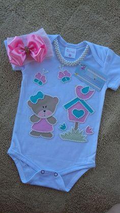 Bodys estão disponovel na numeração:  P ( 22cm de largura por 39cm de comprimento )  M (23cm de largura por 40cm de comprimento)  G (25cm de largura por 41cm de comprimento )  GG ( 26cm de largura e 43 cm de comprimento )   temos Manga longa e Curta  Blusinha Infantil :  2 (30cmde largura por 40c... Baby Girl Dresses, Baby Dress, Baby Girl Romper, Gender Neutral Baby Clothes, Cute Baby Clothes, Baby Bling, Baby Sewing Projects, Baby Kit, Baby Girl Dolls