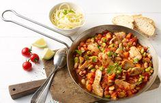 Putenpfanne mit Bohnen - 10 kalorienarme Rezepte mit maximal 500 kcal - Zutaten für 4 Portionen: - 500 g Putenbrust - 4 Schalotten - 2 Knoblauchzehen - 2 mittelgroße Möhren - 2 EL Butterschmalz - 2 kleine Dosen Tomaten (à 400 g) - 100 g...