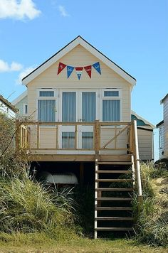 Dorset Beaches, Uk Beaches, Beach Hut Decor, British Beaches, Weatherboard House, Craft Shed, Seaside Beach, Beach Cottages, Little Houses