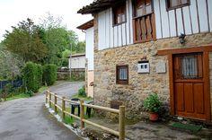 Casa de aldea La Vega. La Vega es casa de aldea centenaria de piedra y vigas de madera vistas, que se ha rehabilitado con su sabor rústico. www.caseriassorribas.com