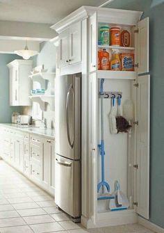 Aggiungere un piccolo mobiletto in cucina per avere sempre a portato di mano gli strumenti adibiti alla pulizia della casa.