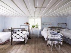 Mökki siirtolapuutarhassa - A Small Summer House  Tunnelmallinen ja valoisa pieni mökki Tanskassa.  Lähde/Source: Bolig Liv             ...