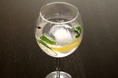 A Gin Tonic cocktail in the Spanish style.