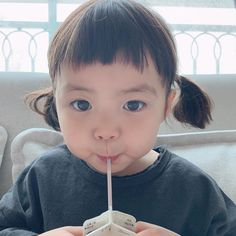 She's so cute omg 🤍🤍🤍😂😂 Cute Baby Couple, Cute Baby Girl Pictures, Cute Little Baby, Little Babies, Baby Photos, Cute Asian Babies, Korean Babies, Asian Kids, Cute Babies