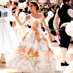 Emma Watson Updates : New stills of Emma Watson in 'Beauty and the Beast'. Critics think she has a good chance for a Golden Globe nomination for Best Actress in a Comedy/Musical. Beauty And The Beast Wedding Dresses, Belle Wedding Dresses, Belle Dress, Wedding Beauty, Prom Dresses, Beauty And The Beast Dress, Emma Watson Beauty And The Beast, Disney Beauty And The Beast, Julia Faria