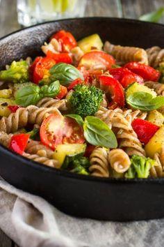 Tomaten-Zucchini-Pfanne mit Schafskäse – recetas de comidas y ensaladas saludables Fresh Vegetables, Veggies, Feta, Fresh Tomato Recipes, Zucchini Casserole, Cheese Salad, Pasta Salad Recipes, Queso, Food And Drink