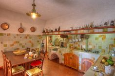 Villa : Cocinas rústicas de Emilio Rescigno - Fotografia Immobiliare