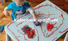 Zabawa sensoryczna dla malucha - kolorowe spaghetti. Zobacz jak zabarwić makaron oraz w co się bawić z dzieckiem kolorowym makaronem. Więcej zabaw na blogu.