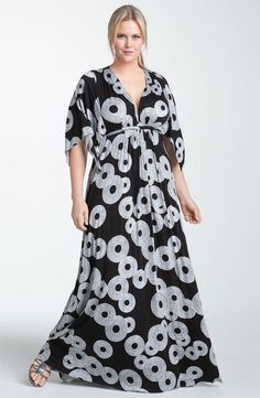intriguing circle print covers a floor-grazing caftan that swirls generously from the drawstring Empire waist. Split, draped sleeves enhance the style's flowing aesthetic. Vestidos Plus Size, Plus Size Maxi Dresses, Plus Size Outfits, Moda Plus Size, Plus Size Girls, Plus Size Women, Curvy Fashion, Plus Size Fashion, Dress Fashion