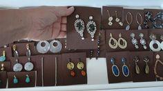 Essa semana organizei as bijouterias de uma cliente maravilhosa e que ama brincos, anéis e pulseiras. Ela teve a ideia de cortar quadradinhos de E.V.A para organizar os brincos. Eu tive a ideia de fazer uma cama com espuma cilíndrica para guardar os anéis. Minha …