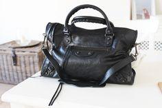 Lej denne sort Balenciaga taske i str S for kun 100 kr. om dagen på RentAtrend. #Balenciaga #bags #secondhand #fashion