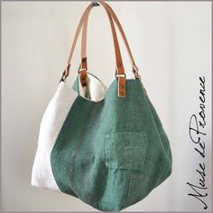 I like the little pocket and its original location . Sewing Ruffles, Clutch Bag, Tote Bag, Diy Sac, Recycle Jeans, Boho Bags, Linen Bag, Denim Bag, Fabric Bags