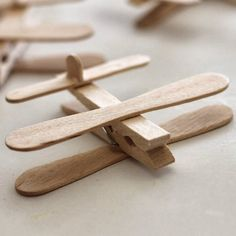 Where Your Treasure Is: Clothespin Airplane Party Favors - Marina Diy & Crafts Popsicle Stick Crafts, Popsicle Sticks, Craft Stick Crafts, Crafts For Kids, Baby Shower Avion, Airplane Party Favors, Airplane Cupcakes, Little Prince Party, Planes Birthday