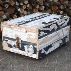 Salontafel op wielen gemaakt van sloophout  (oude schuurdeuren) met unieke details. www.hethoutje.nl