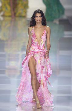 Versace at Milan Fashion Week Spring 2004 - Runway Photos 2000s Fashion, High Fashion, Fashion Show, Fashion Outfits, Fashion Design, Fashion Weeks, Daily Fashion, Couture Fashion, Runway Fashion
