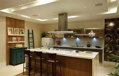 Cozinha com vidro bronze, bancada branca com madeira, e armários na cor fendi/cinza