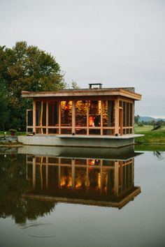 Is it really possible to live on a houseboat?different types of houseboats that are commonly used as fulltime dwellings of vacation homes. Floating Boat Docks, Floating House, Hollyhocks Flowers, Container Buildings, Narrowboat, Tiny House Movement, Coastal Homes, Water Crafts, Rehearsal Dinners