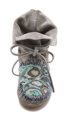 21 Boho Shoes That Make You Look Fabulous - Women Shoes Styles & Design Moccasin Boots, Shoe Boots, Botas Boho, Boho Shoes, Shoes Sandals, Flats, Over Boots, Vintage Embroidery, Learn Embroidery