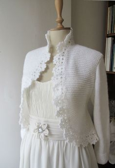 Esta chaqueta se ha hecho de mohair con técnica de punto y ganchillo.Este bolero puede ser accesorio de novia con el vestido de boda.Puedes usar