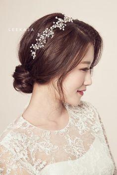 [이가자 셀프 웨딩 헤어] 3. 웨딩 업스타일 High & Low : 네이버 블로그 Korean Wedding Makeup, Fall Wedding Makeup, Wedding Makeup For Brown Eyes, Soft Bridal Makeup, Bride Makeup, Bridal Hair, Bridal Beauty, Up Hairdos, Bride Hairstyles