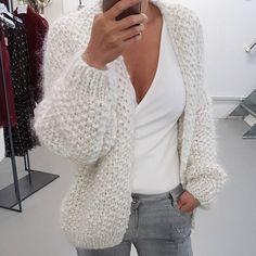 55 Women's Tops Sweaters That Make You Look Fabulous - Anita Fashions Kiro By Kim, Woolen Clothes, Oversized Knit Cardigan, Sweater Cardigan, Slow Fashion, Cardigans For Women, Pattern Fashion, Hand Knitting, Ideias Fashion