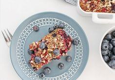 Opskrift på nem og sund bagt havregrød med bær og nødder. Opskriften kan nemt laves glutenfri. Den perfekte morgenmad til både weekender og travle dage.
