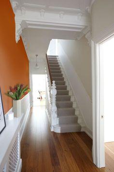 La couleur orange sur un seul mur. luminosité sans rapetisser l'espace. Pour voir la version before suivre le lien http://www.pinterest.com/pin/467741111273893589/  orange wall , staircase