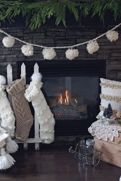 31 Wonderful Rustic Winter Decor Ideas that Still Work after Christmas Shabby Chic Christmas, Christmas Love, Rustic Christmas, Christmas Holidays, White Christmas Garland, Christmas Pom Pom, Victorian Christmas, Vintage Christmas, Decoration Christmas