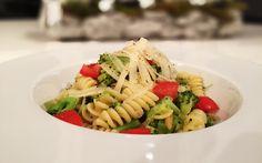 Fusilli mit Brokkoli, Pinienkernen und frischen Tomaten von cookingsociety.at Pasta, Ethnic Recipes, Fusilli, Food, Tomatoes, New Recipes, Fresh, Kochen, Food Food