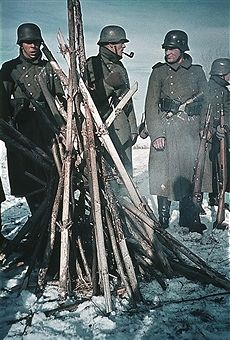 World War II German soldiers at the Eastern Front warming themselves at a fire - no place given - winter - Photographer: Artur Grimm - pin by Paolo Marzioli German Soldiers Ww2, German Army, Eastern Front Ww2, Germany Ww2, German Uniforms, Military Pictures, War Photography, Panzer, Luftwaffe
