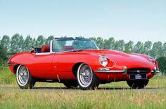 Lorsqu'elle apparut en 1961, la Jaguar E fit sensation. Epoustouflante, rapide, au look sensuel, la Type E devint un symbole des « swinging sixties », comme les Beatles et la mini-jupe.