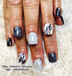 Hand painted tribal feathers #thenailsroom #uñas #uñasacrílicas #uñasdecoradas #instanails #nails #acrylicnails #handpainednailart #tribalnails #feather #shortnails #glitternails #nailsoftheday #nailitdaily #prettynails #blacknails #whitenails #crystals