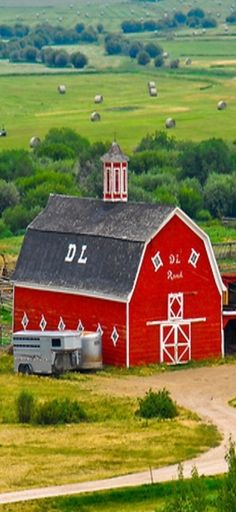 i would love to have a big barn like this and alot of space for horses, cows, chickens and more!