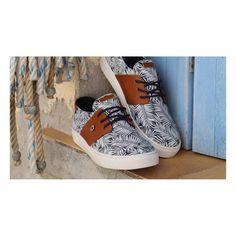 """TENNIS CYPRESS LONE en coton imprimé palmier et cuir fauve, par la marque FAGUO Un look tendance et sportif pour cette bakset CYPRESS LONE en coton imprimé """"palmier"""". Les empiècements cotés et arrière en cuir fauve lui donnent un style plus graphique. Les lacets blancs contrastent avec la toile marine. L'intérieur de la chaussure est doublé en coton et dispose d'une semelle de 5mm pour un meilleur confort. Le modèle est également réhaussé d'une semelle épaisse en caoutchouc cousu p..."""