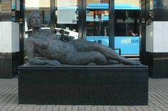 """Beschrijving: Ainsi-soit-elle         Ainsi-soit-elle - Maïté Duval    """"Ainsi soit elle"""", """"Zoals zij is"""" in het Nederlands vertaald, is een typerend werk van Maïté Duval: een  beeld vol schoonheid, sensualiteit en vitale vrouwelijkheid.         Het beeld opent het spel dat Maité met  de kijker spelen wil. De vrouw draagt het hoofd trots opgeheven. Zelfbewust, omdat zij is zoals zij is.  Niets om te schamen.    Plaats: stationsstraat (1995)  Tekst: Maïté Duval"""