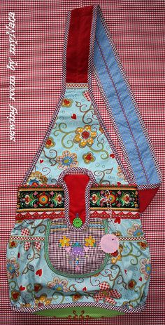 shoulder triangle bag - the fabric really makes this lovely Isabella Schnittmuster Anleitung Ebook Tasche farbenmix Fabric Purses, Fabric Bags, Patchwork Bags, Quilted Bag, Purse Patterns, Sewing Patterns, Sewing Crafts, Sewing Projects, Creation Couture