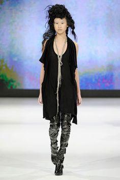 Barbara í Gongini had black wrapping plastic taped to models legs as trashion leggins Model Legs, Copenhagen Fashion Week, Daily Fashion, Style Fashion, Luxury Fashion, Womens Fashion, Ready To Wear, Fall Winter, Style Inspiration