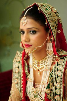 Every piece of her jewellery has some parts made of pearls. It is an example of how easily you can incorporate pearls into your traditional wedding outfit.