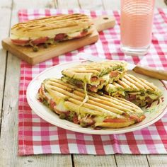 Italiaanse panini met tomaat en mozzarella met tomaat en mozzarella Productfoto ID Shot 560x560