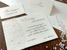 V JEDNODUCHOSTI JE VŽDY KRÁSA. 😊 Svadobné oznámenie je podlepené priesvitným papierom, na ktorom je natlačený kvetinový motív bielou termografiou. Eleganciu dotvárajú dva Swarovského krištále. 💎💎  #svadba #svadobneoznamenia #zasnuby Place Cards, Place Card Holders, Cards Against Humanity