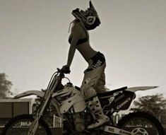 I want to learn how to do motor-cross!Women Who Ride - Rebel Girl ❤️Female Riders - sexy things ❤️Just because it's HOT ❤️One of the most fatal combination ❤️ Women Riding Motorcycles ❤️ Girls on Bikes ❤️ Biker ❤️ Riders ❤️ Girls who ride rock ❤️ ❤️ & Dirt Bike Girl, Lady Biker, Biker Girl, Motocross Maschinen, Motocross Girls, Motocross Wedding, Cars Vintage, Bike Photoshoot, Dirtbikes