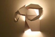 Baseada nas tradicionais paredes de caçadores, repletas de animais empalhados, a designer chilena Verónica Posada criou essas luminárias em origami, reproduzindo cabeças de animais para se pendurar…