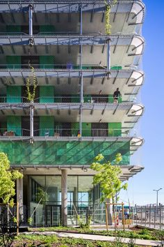The inner facade is covered in recyclable green titanium panels that shimmer when the sun hits it so that the tower becomes a beacon. Its green colouring is intended to be reminscent of moss.