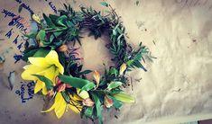 Hodekrans i påsketida, litt i største laget, men ærre ikke det som er gøy a?😉😜 #godpåske #påske #gul #liljer #krans #voksblomst #blomsterkrans #påskelilje #alstromeria
