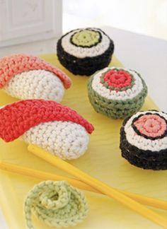 Gratis hækleopskrifter: Hækling til børnenes legekøkken: Hæklet sushi og maki med wasabi i 100 % bomuld