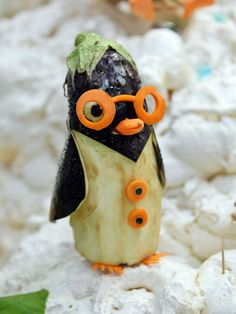 Kawaii food art and bento Vegetable Animals, Fruit Animals, Fruit Sculptures, Food Sculpture, Veggie Art, Fruit And Vegetable Carving, Edible Food, Edible Art, Veggie Display